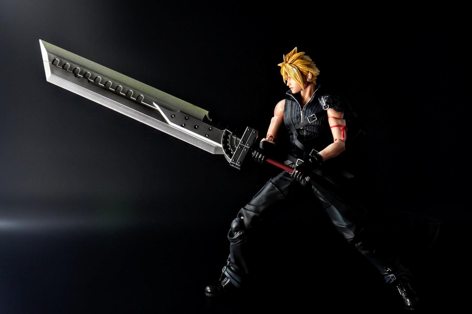 設定上這把是由全部七把劍所組合的,不過接合方式是個謎,當然玩具無法重現,因此變成多附了這把合體大劍;另外這動作是電玩原作中戰鬥的姿勢~