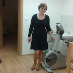 Bodó Anna igazgatónő a rehabilitációs eszközöket mutatja