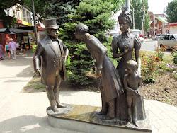 Spomenik pred Cehovljevom LAvkom, iz price Debeli i mrsavi