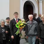 Fiatalember az ünneplő családdal