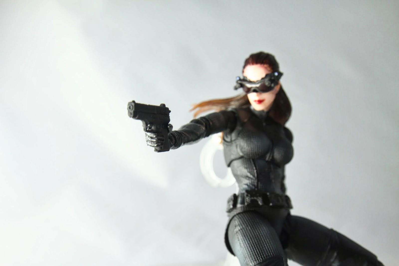 手槍一把 但電影裡也不是她的 而且沒多久就被蝙蝠俠丟掉了喵~