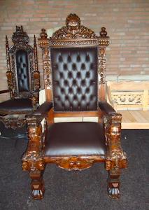 Большое кресло 20-й век. Дерево, резьба, кожа. Высота 120 см. 1500 евро.