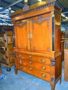 Антикварный шкаф 18-й век.