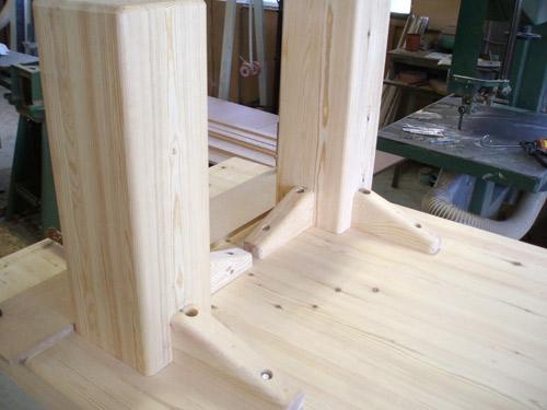 Stamtafel, massief hout. Montage van de poten
