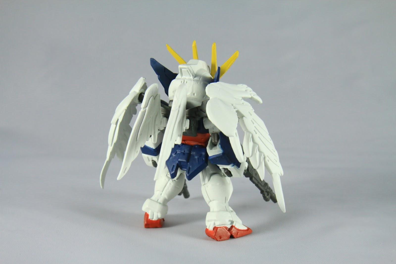 """機體特徵當然是那非常不合理的天使翅膀 所以也被稱為天使鋼彈 而也因為前面說的""""掉毛""""畫面 導致也有被稱為""""脫毛鋼彈""""或""""掉毛鋼彈"""" 本款礙於系列風格把翅膀給縮小了 所以從天使變成了雞翅!"""