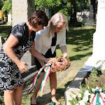 Az újvári Czuczor Gergely Alapiskola igazgatónője és helyettese koszorúznak