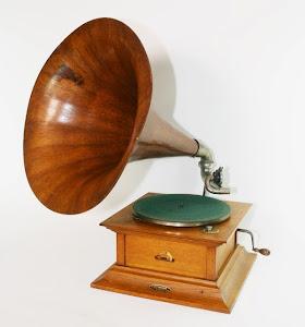 Антикварный граммофон с деревянной трубой. ок.1920 г. 4000 евро.