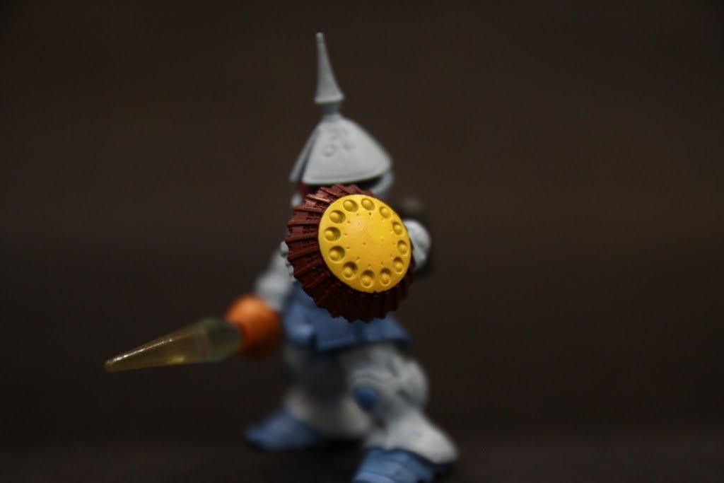 Gyan是近身白兵戰專用機, 盾上的飛彈發射器是唯一較遠距離的攻擊手段, 但~盾是拿來防禦的, 哪個天才設計在盾面上放發射器阿?? 照道理講被砍到不就爆炸了麼? 難怪會輸!