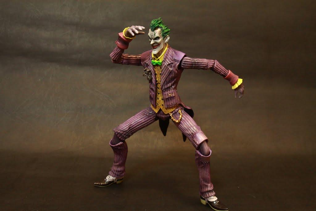 不過即使可動性尚可 但擺出一些小丑的瘋癲動作依然很輕易