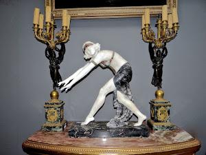 Красивая большая скульптура в стиле  Ар Деко. Ок.1890 г. Выполнена из мрамора. Высота 50 см. Подписная.  Цена 6000 евро.