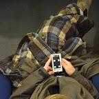 Une spectatrice munie d'une zappette pour interagir sur le documentaire interactif et choisir ainsi les sujets voulus.
