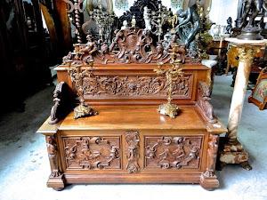 Небольшой резной диван. 19-й век. 145/55/130 см. 3900 евро.