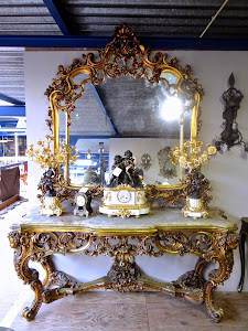 Зеркало и консольный столик. 20-й век. Дерево, резьба, мрамор, золочение.
