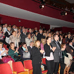 A hálás közönség állva tapsol