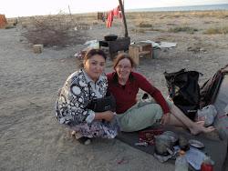 Sa jednom Kirgiskom ženom koja pre liči na Ujgure. Ženama u naselju jurti bila sam veoma zanimljiva i sve vreme su dolazile da pričaju sa mnom i štošta me zapitkuju. Verujem da su prvi put srele ženu koja putuje sama…