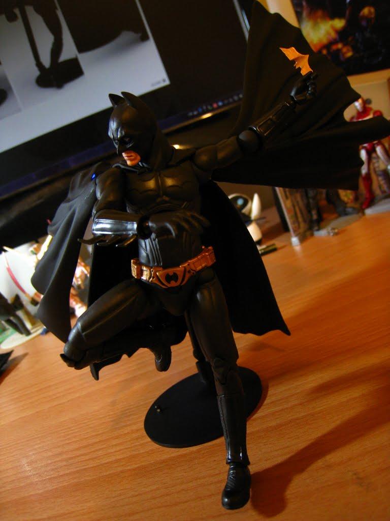 蝙蝠鏢只有左手可以拿, 因為拿鏢用的手只有左邊, 右邊附的是拿拋繩槍的