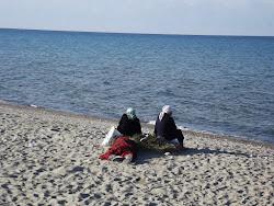 Muslimanke čekaju dok se glava porodice naspava pored Isik Kula