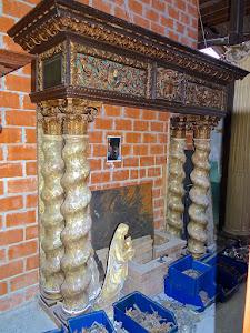 Шикарный каминный портал 18-й век. Мраморные колонны, дерево, резьба, позолота.