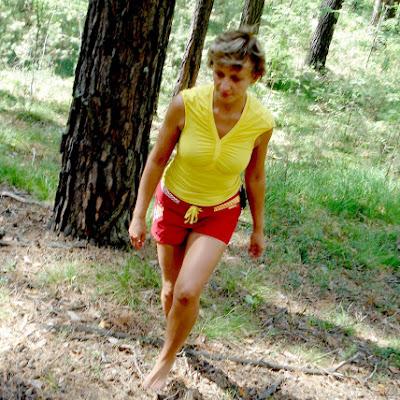 Оксана, молодая женщина со стройными загорелыми ногами, тоже ни разу не пожаловалась.