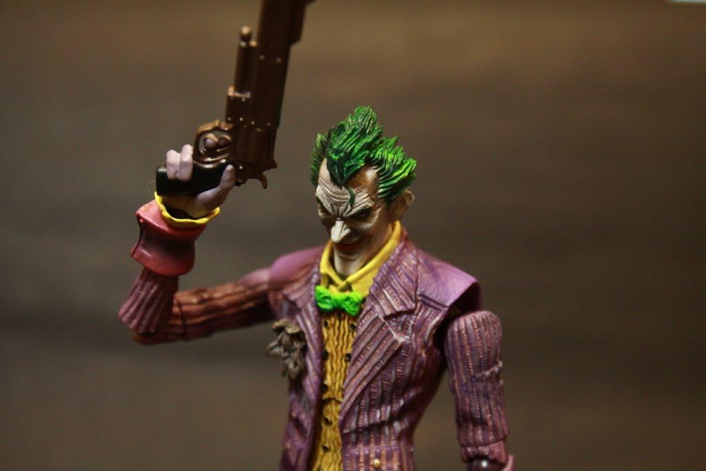 本款的頭雕真是大大的加分 整個將小丑的陰險感都展現出來 若可以多個大笑的臉更好