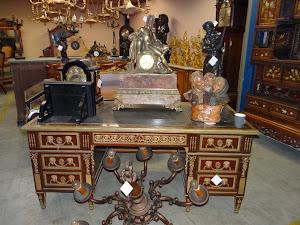 Красивый антикварный письменный стол. ок.1900 г. Красное дерево, резная бронза, кожа.