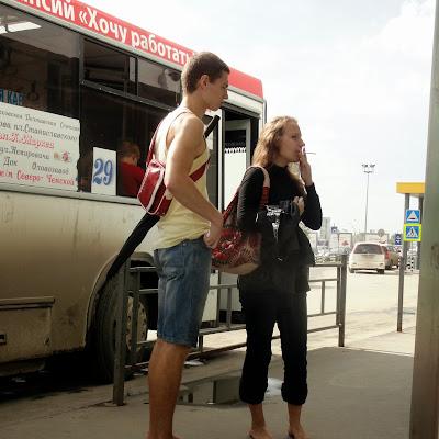 Босиком - в общественном транспорте.