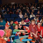 FIL ROUGE_08_Salle comble et les clowns au premier plan.JPG