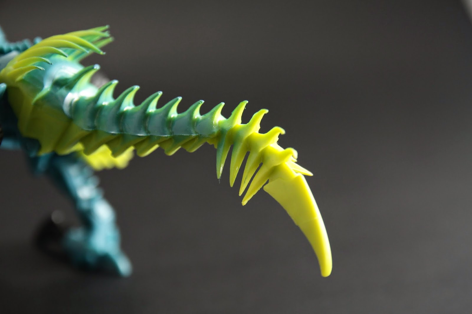 尾巴材質是軟膠 不能動但可以彎