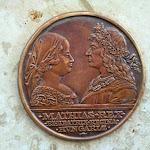 Mátyás király és Beatrix királyné a szobor talapzatán látható domborművön