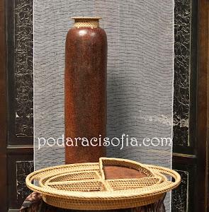 Висока ваза и фруктиера от керамика - екзотични аксесоари за дома.