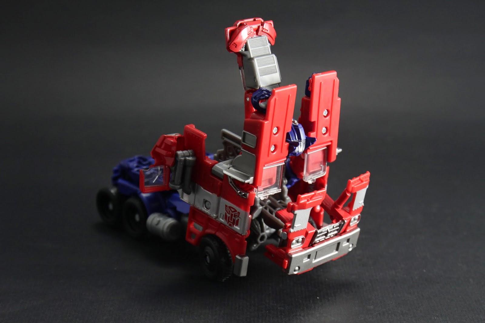 車頂兩側手臂向上翻 正面保險桿向前拉