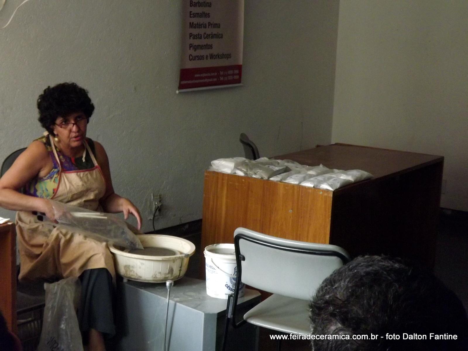 Ângela Maciel dando demonstração de torno