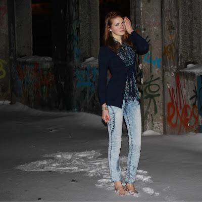 Михаил Дёмин (Мурманск) Наши девчонки тоже не прочь погулять босиком по снегу!