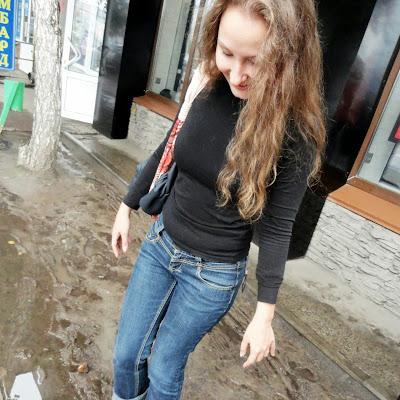 Босые ноги Анны не боятся глины и грязи!