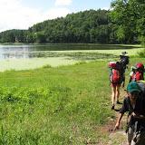 Cestou jdeme okolo rybníku Propast, kde se sice nesmí koupat, ...