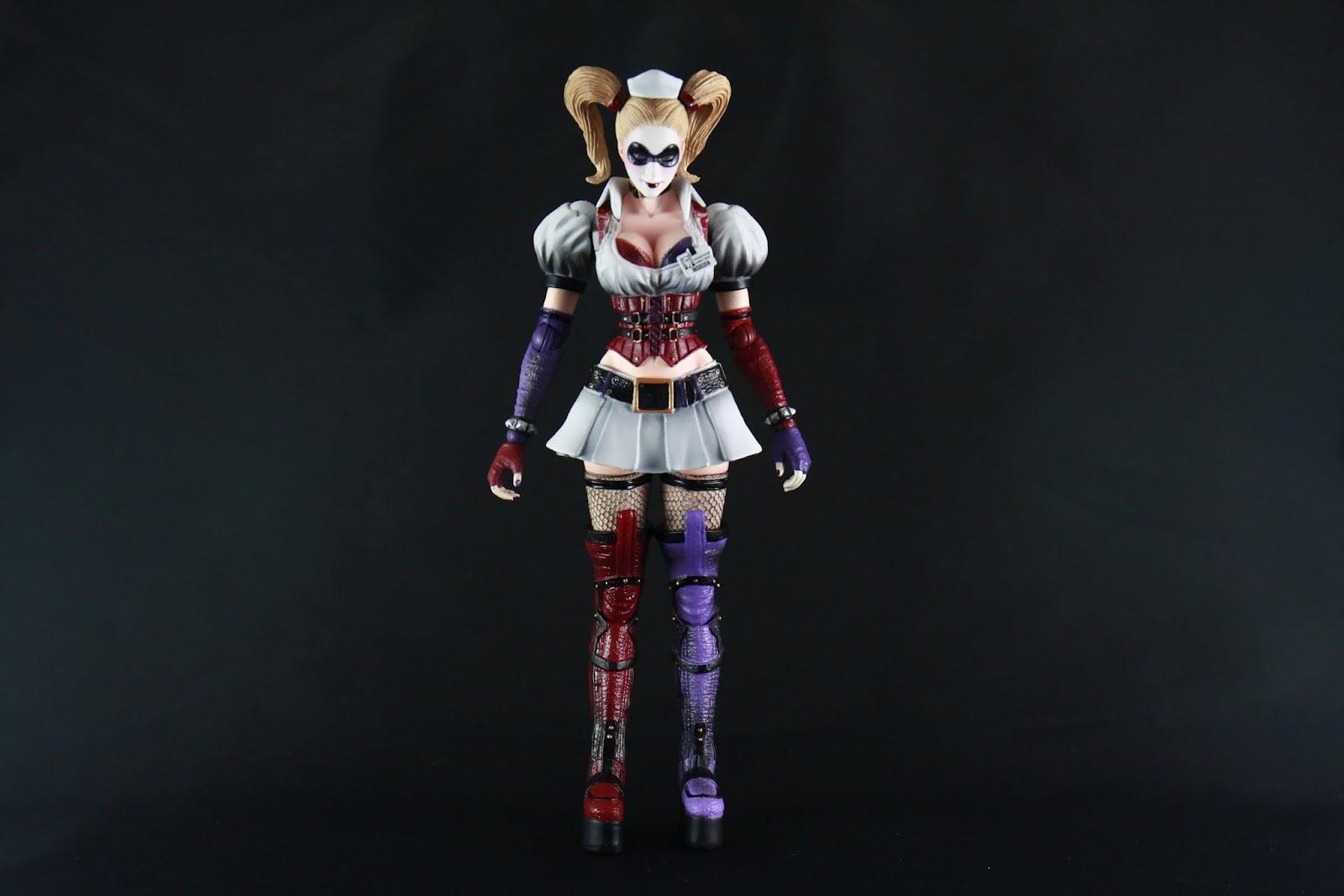 比例身形都照遊戲裡的設定 基本上沒有啥太大問題 這件衣服的不對稱美感在當初蠻令人驚豔的 畢竟跟原著穿的典型小丑服來說這件好上太多 當然~也因為有大露北半球 讓大家知道原來Harley Quinn也是很有料的 網襪跟過膝長靴我想也是某些人的必殺點吧~(笑)