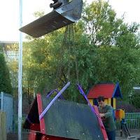 21-9-2006 : Er worden al speeltoestellen op hun nieuwe plek geplaatst