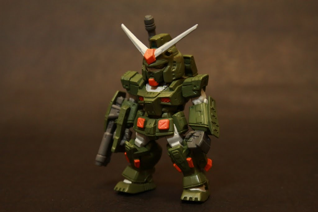 設定上是為了補強鋼彈本身的火力跟裝甲 不過因為裝甲提升相對機動性下降了 至於類似軍武的墨綠配色也比原本的藍黃紅來的威嚴 不過我還是比較喜歡G3的灰色色調拉~