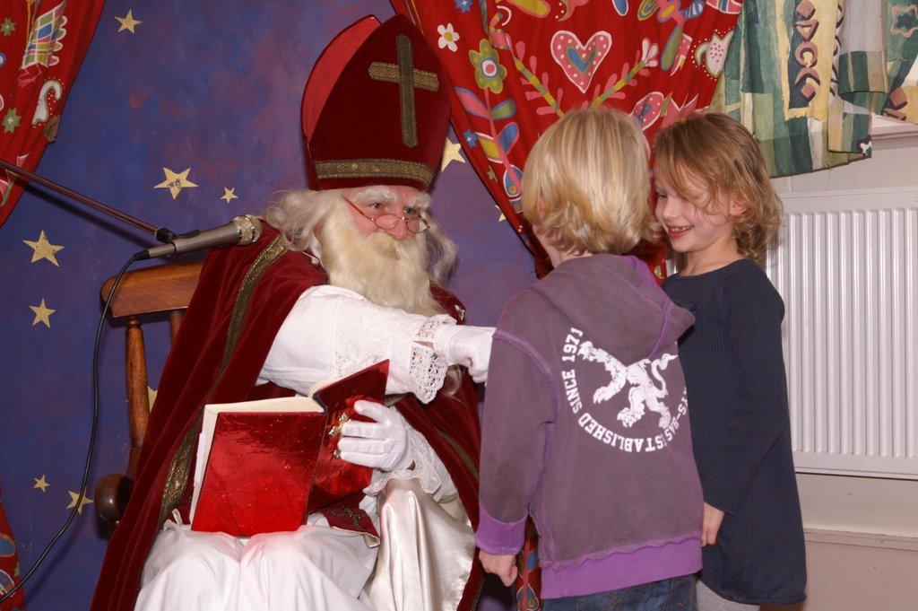 Sinter Klaas in de speeltuin 28-11-2009 - PICT6799