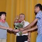 Journée_Réfugiés11_Patricia URIEL SPERJE_Animatrice Centre formation EVAM Renens_Ahmadi MOHAMMAD lui remet un bouquet de roses.jpg