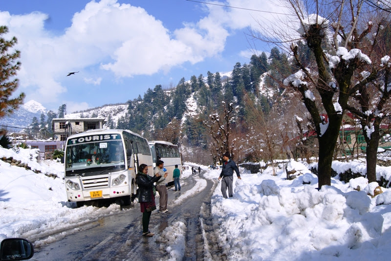 snowfall near hotel sunrise manali