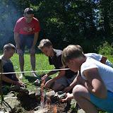 Každý tým se snaží rozdělat oheň a přepálit provázek co nejdříve