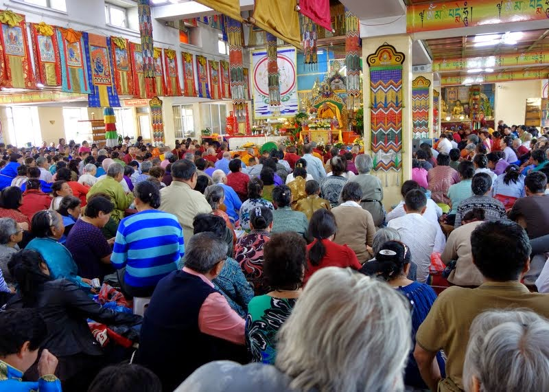 More than a 1,000 Mongolians attending Lama Zopa Rinpoche's Amitayus long life initiation during the 100 million mani retreat, Idgaa Choizinling Dratsang, Ganden Monastery, Ulaanbaatar, Mongolia, August 2014. Photo by Ven. Roger Kunsang.