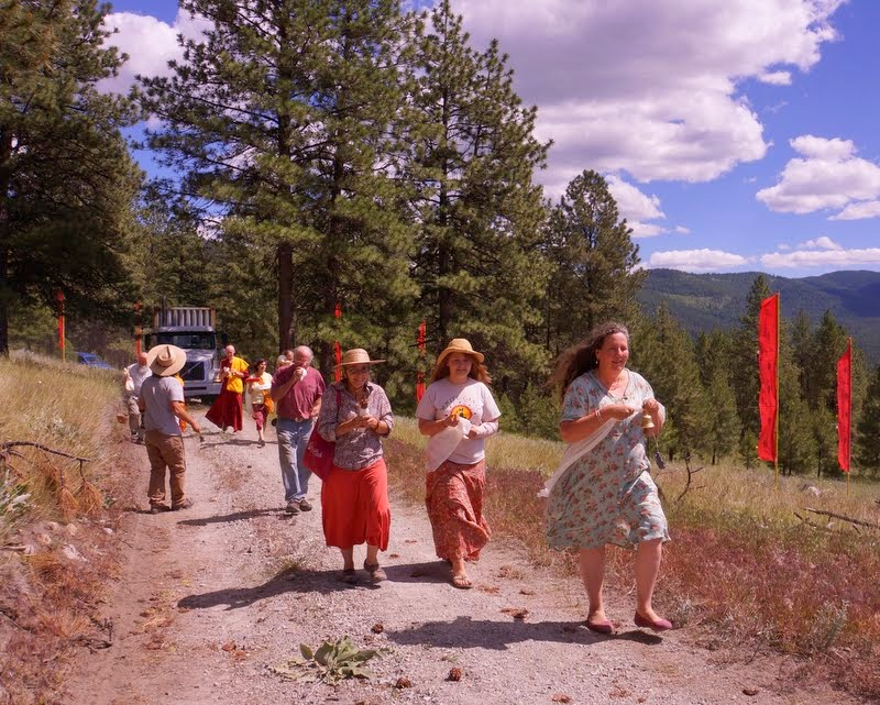 Resident Sangha and students from nearby Pamtingpa Center welcoming the 20-ton Amitabha Buddha statue that was carved of white marble to Buddha Amitabha Pure Land, in north central Washington State, US, June 30, 2014. Photo by Merry Colony.