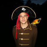 Velkoadmirál si na krčmu tentokrát vzal i svého papouška. Akorát bylo už trochu přítmí, takže toho papoušek moc nenamluvil.