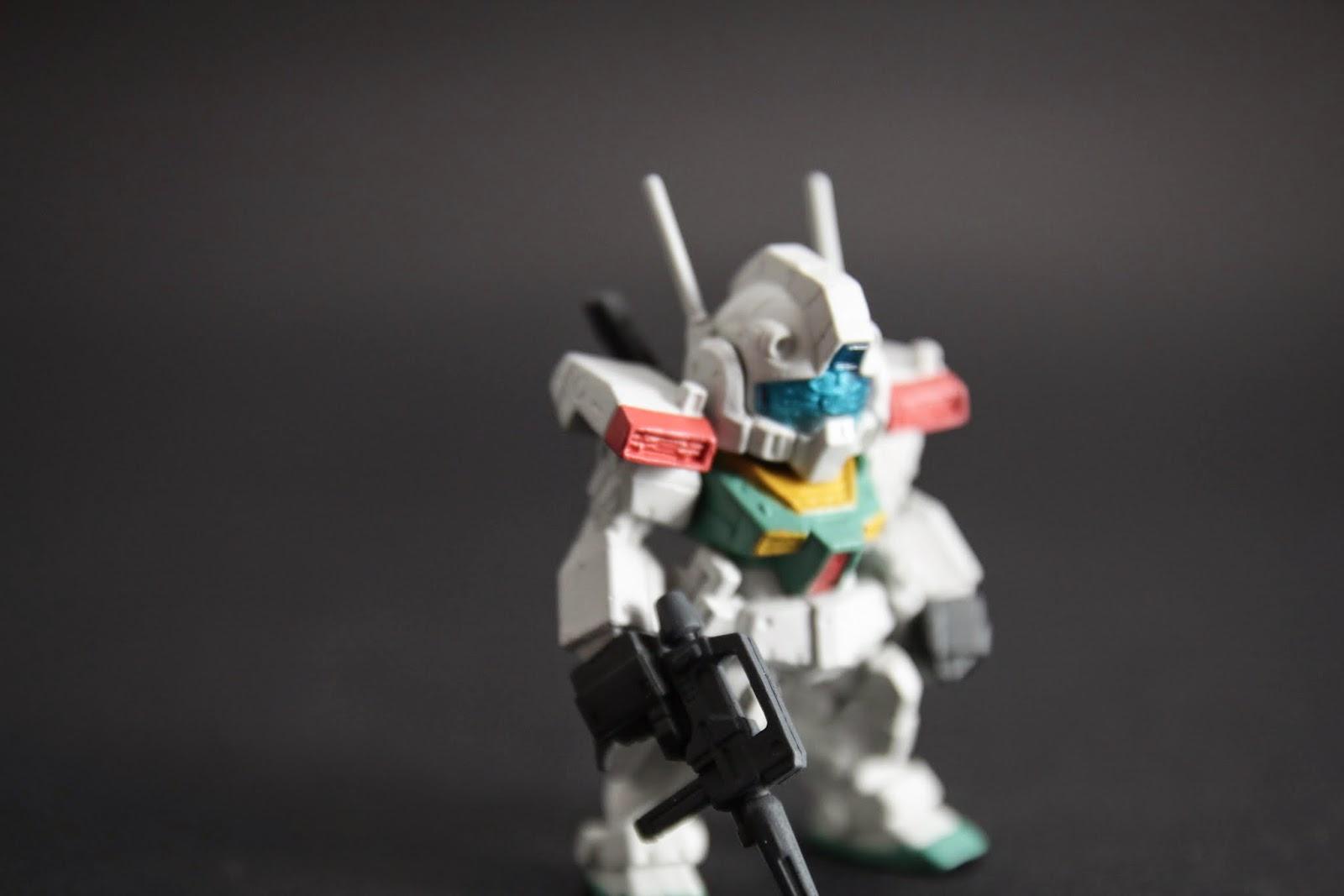 兩肩有飛彈匣艙 通常在各系列還來不及發幾發就被爆了