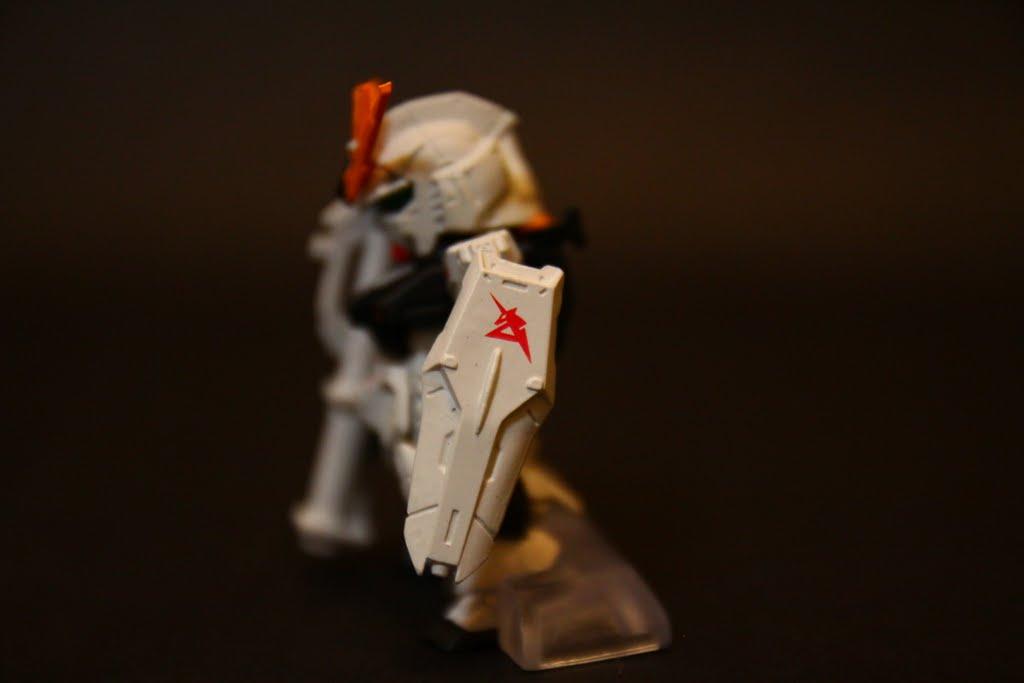 """盾上的獨角獸徽章 則是駕駛員阿姆羅的名稱開頭""""A"""" 上張圖也可看到左肩也有一個A 一樣是表示是阿姆羅的專用機"""