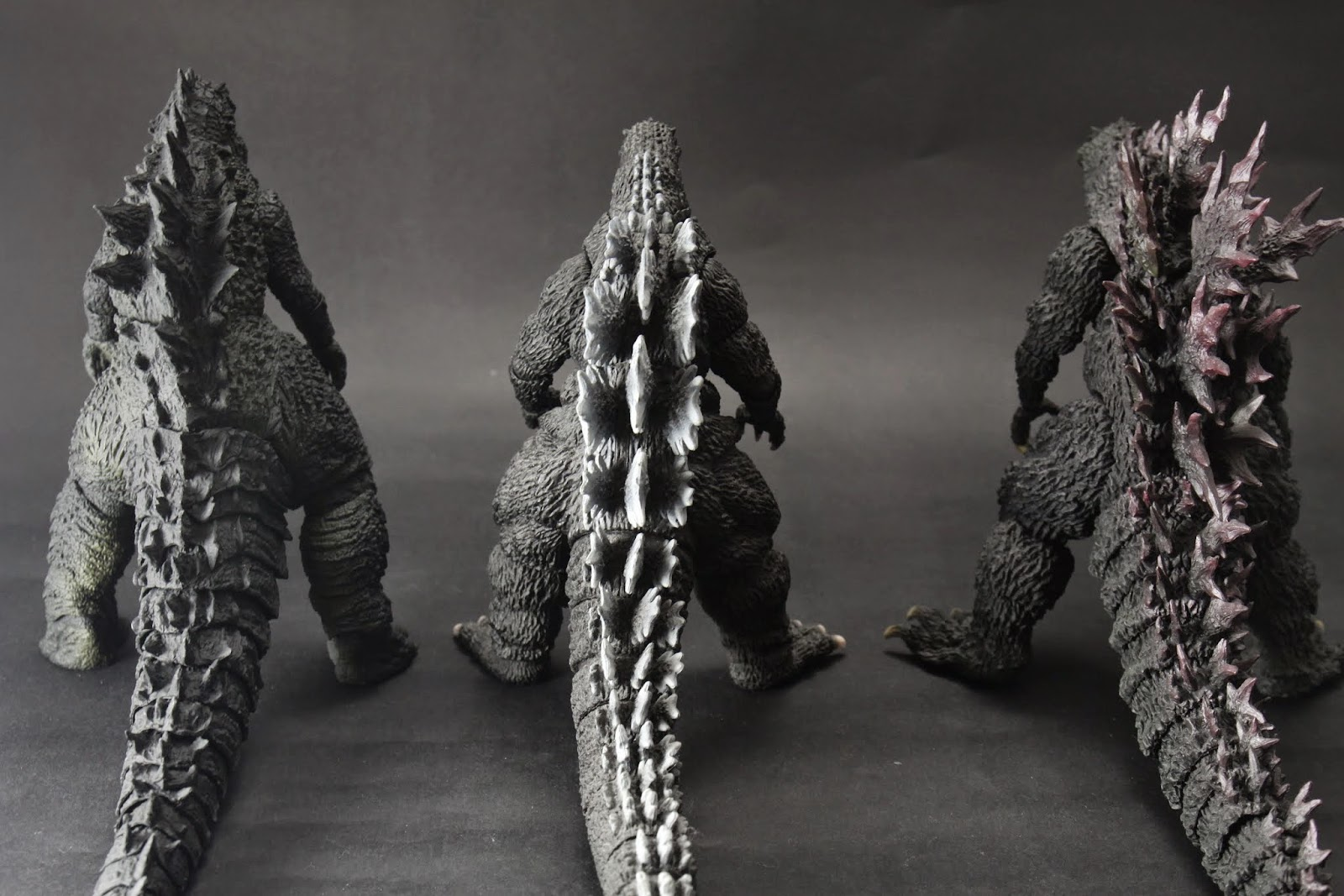 背鰭右邊的2000版根本誇張 2014版則是脊椎側彎
