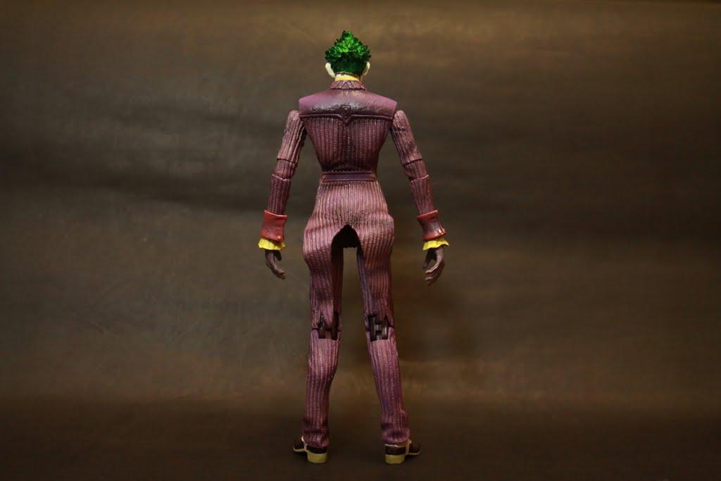 至於為啥燕尾服後面會翹這樣 我想小丑他應該也沒空把衣服拿去燙吧 雖然是增加整體的活躍感 不過像這樣直直站立時就會感覺稍嫌突兀