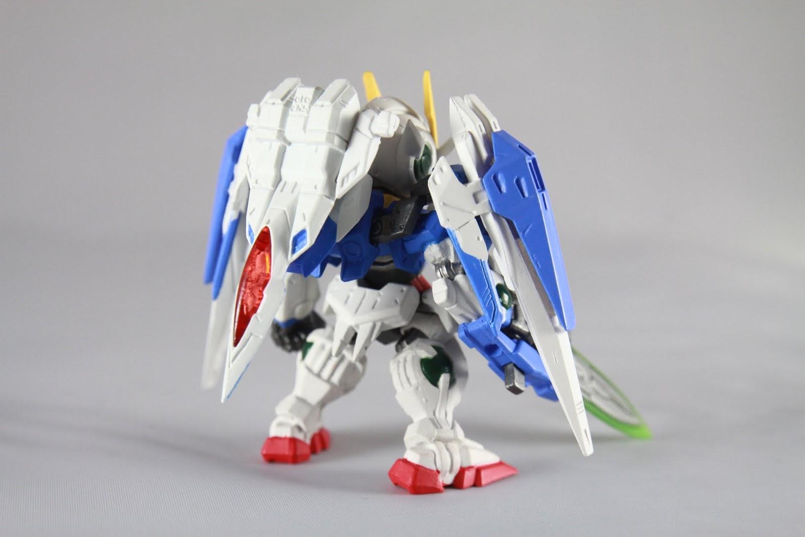 只是整台背在後面也不是鋼彈系列常看到的樣子 就連Super Gundam合體時G Defenser駕駛區塊也是獨立的 並沒有一起合體